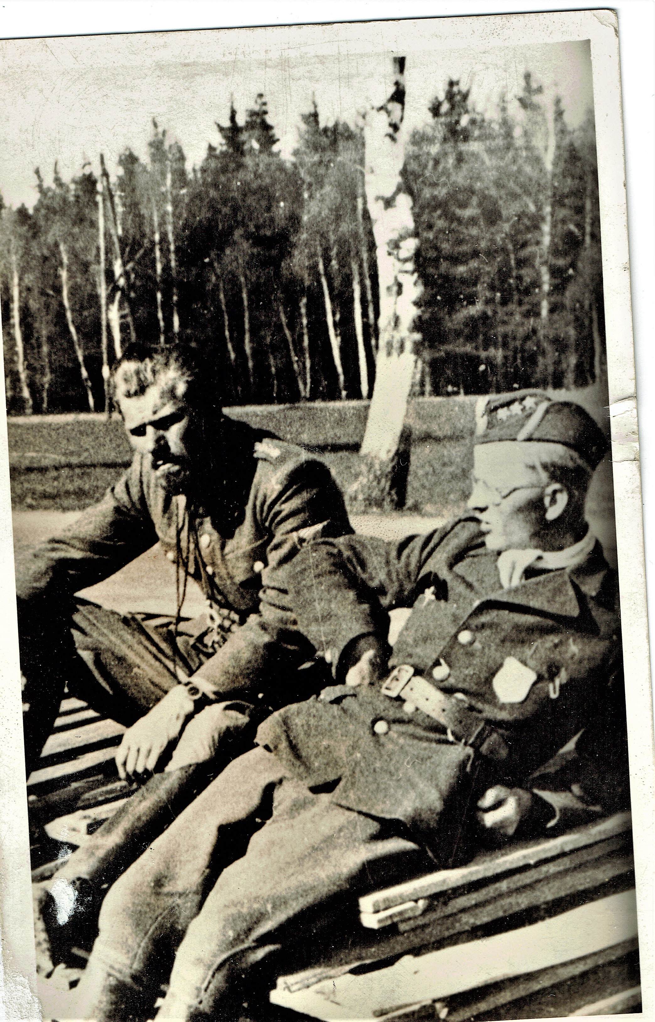WWII soldiers in discussion